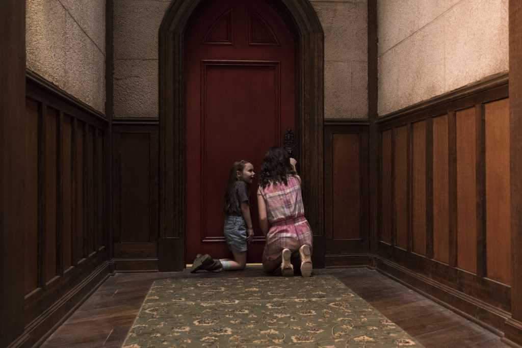 Violet Mcgraw, Lulu Wilson in The Haunting of Hill House
